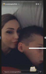 Anna Tatangelo a Natale stupisce e bacia il suo