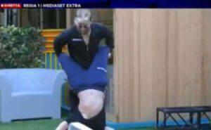 GF VIP: Dayane Mello l'accappatoio scivola e mostra qualcosa di troppo