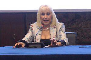 """Raffaella Carrà shock in diretta :""""Non va benissimo""""-svelato cosa sta succedendo"""