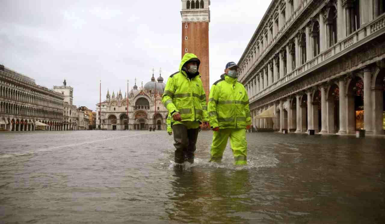 """Acqua alta a Venezia, """"situazione drammatica"""" per San Marco."""