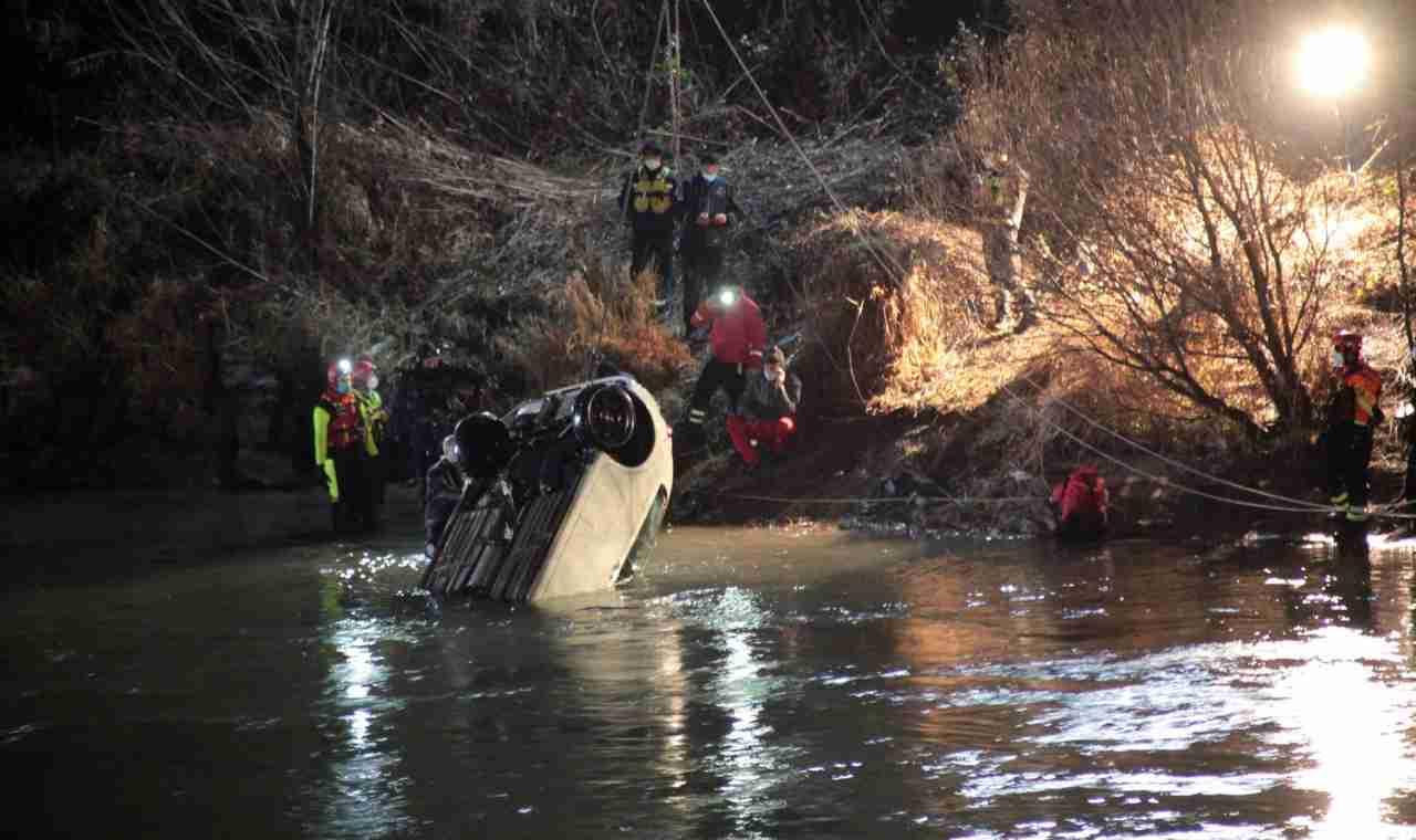 Madre e figlio muoiono precipitando con l'auto nel fiume Adige