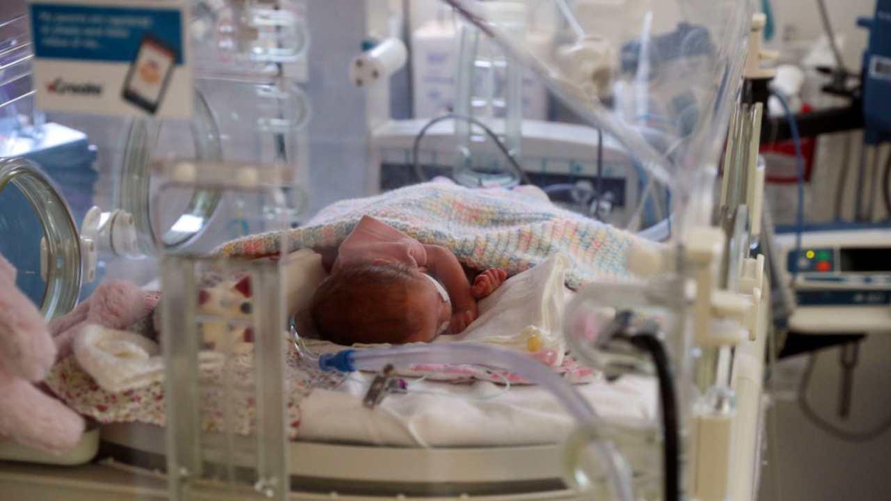 Per paura del Covid non la portano in ospedale: neonata muore a 29 giorni per denutrizione