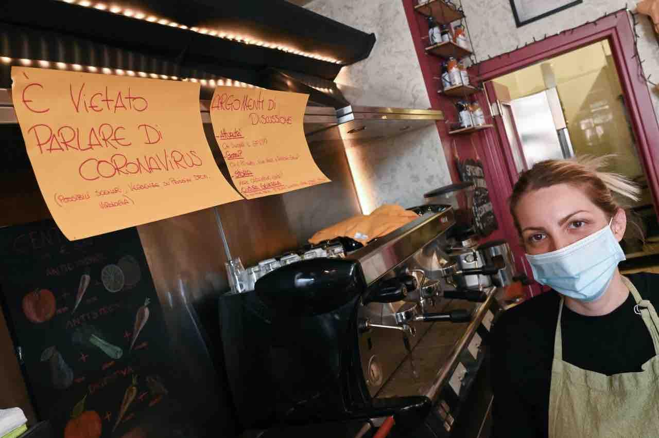 Bar aperto, qualcuno segnale e si presentano gli agenti: multa da 400 euro