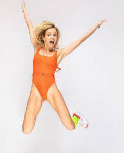 Justine Mattera: saluta il 2021 con un costume sgambatissimo e lato b in primo piano