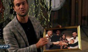 Pierpaolo Pretelli regalo foto famiglia braccio persona tagliata ipotesi