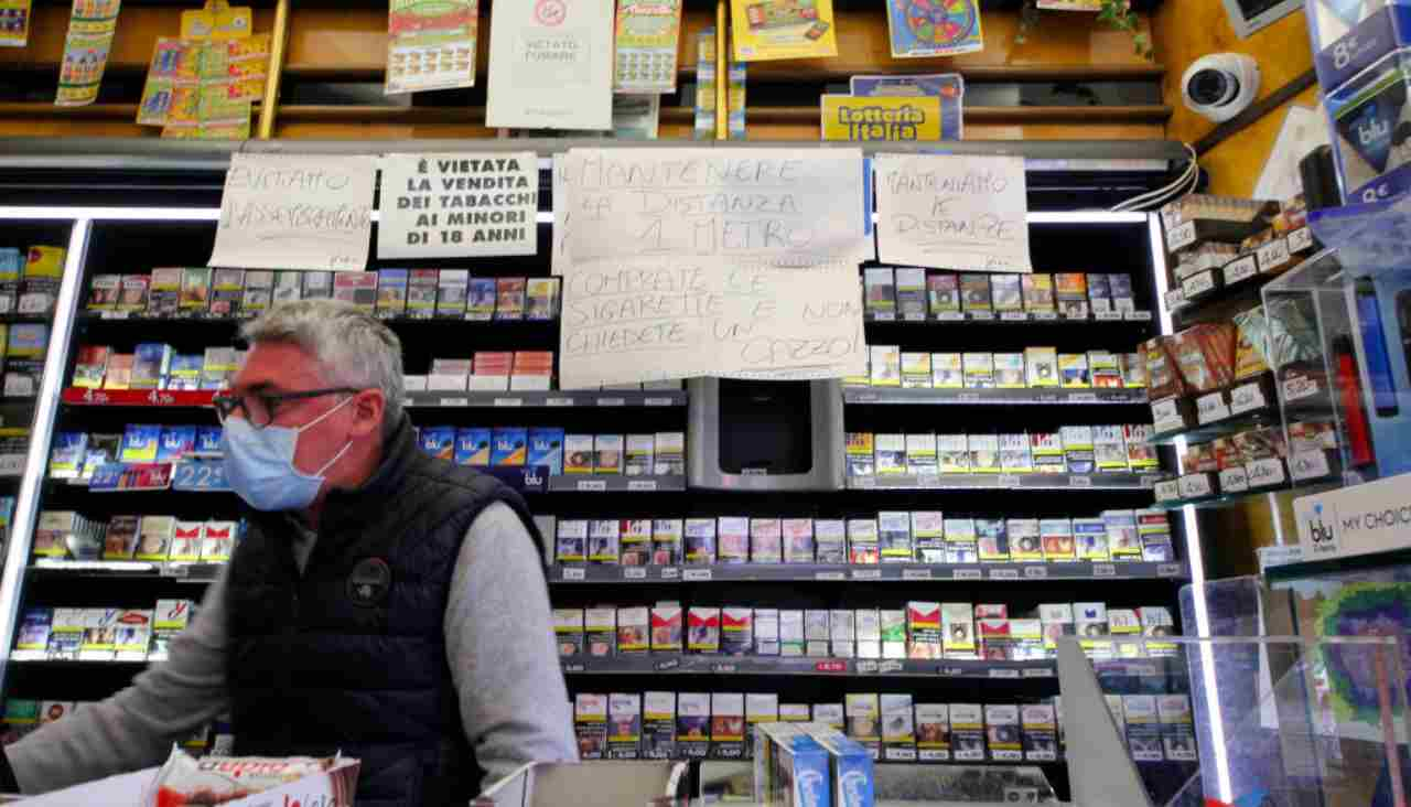 Milano, multe fino a 240 euro per chi fuma in luoghi non isolati
