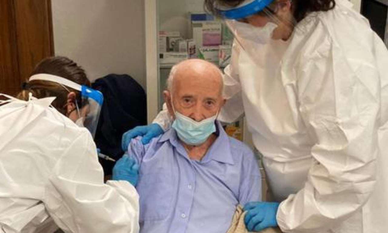 Nonno Basilio vaccinato a 103 anni, sul web scatta la protesta