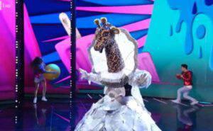 Il cantante mascherato momenti di panico: Malore in diretta per la giraffa