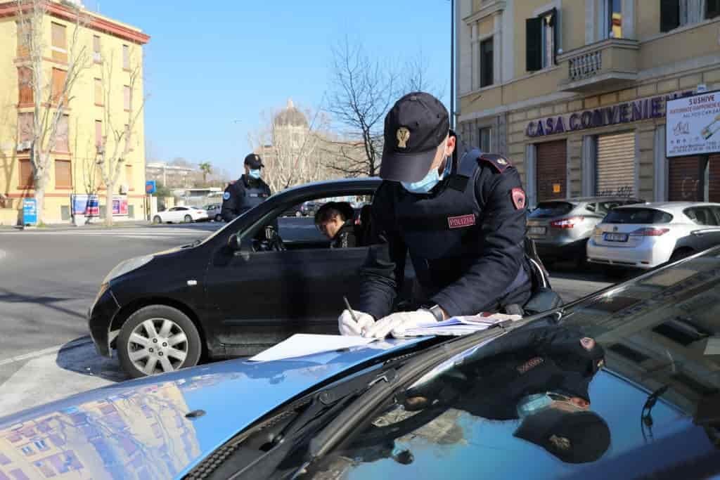 Passa quattro incroci con il semaforo rosso, 6000 euro di multa ai genitori di un minorenne