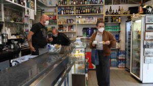 Rifiuta di servire il cliente sprovvisto di mascherina: barista licenziato