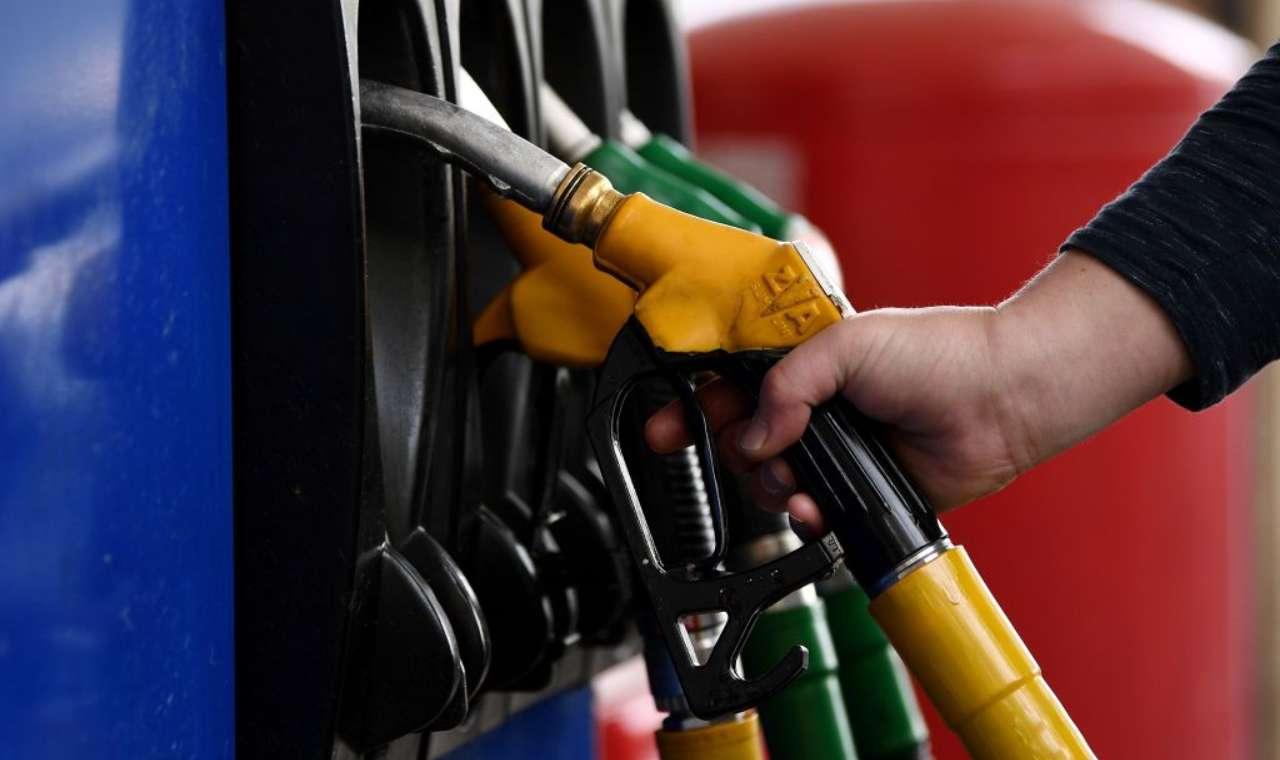 Furbetti del cashback: decine di operazioni per pochi euro di benzina