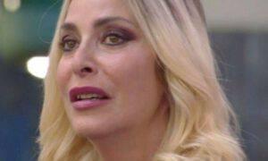 Stefania Orlando in lacrime urla fuori casa Gf Vip