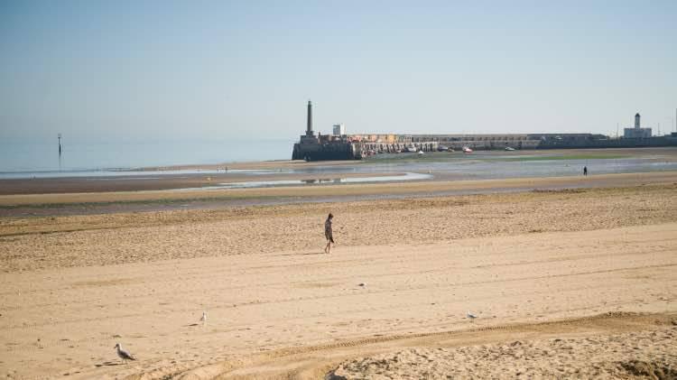Spiaggia donna 8 Marzo 2021 Leggilo.org