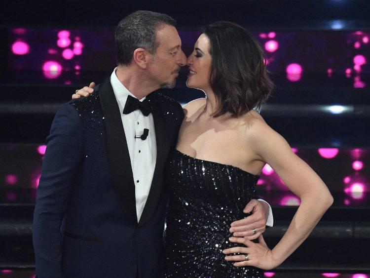 il bacio di Amadeus e Giovanna sul palco