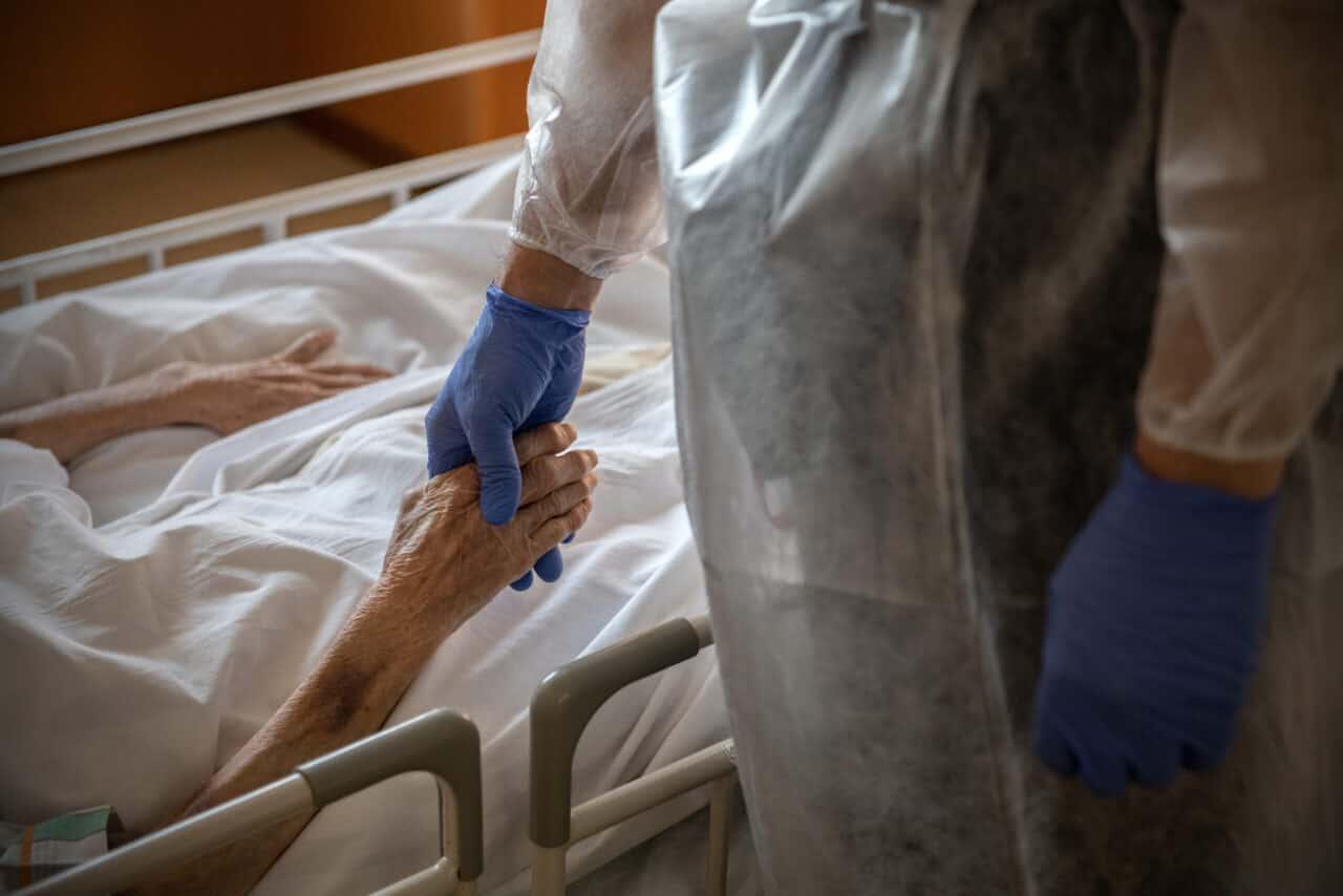 Covid, 380 morti, 16.974 nuovi casi. Sospendere AstraZeneca provocherà milioni di morti, dice Galli