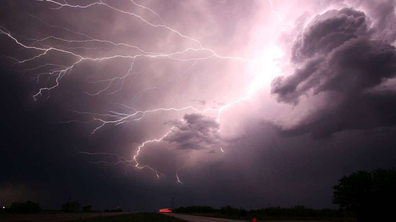 Meteo domani venerdì 23 aprile: allerta gialla per temporali su 4 regioni