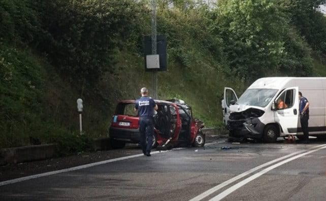 L'auto prende fuoco, i Carabinieri tentano il possibile, ma non basta