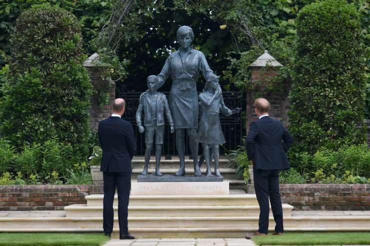 Harry William davanti alla statua di Lady D