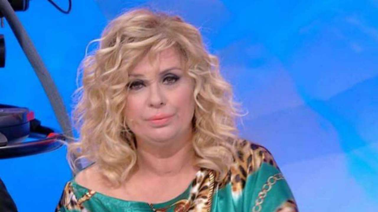 Tina Cipollari irriconoscibile I Magrissima e capelli neri I La vamp di Uomini e Donne bellissima