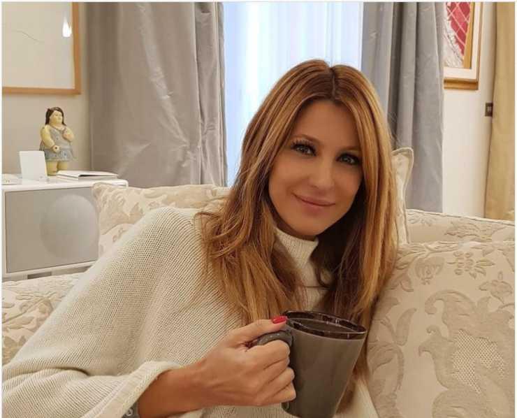 Adriana Volpe nella zona giorno della sua bellissima casa (Instagram)