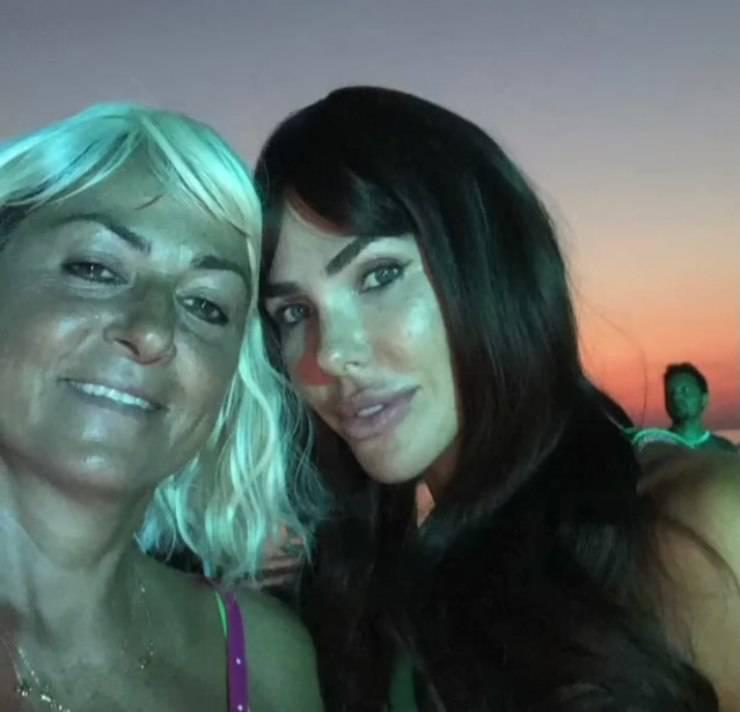 Ilary in una recente serata in spiaggia (Instagram)