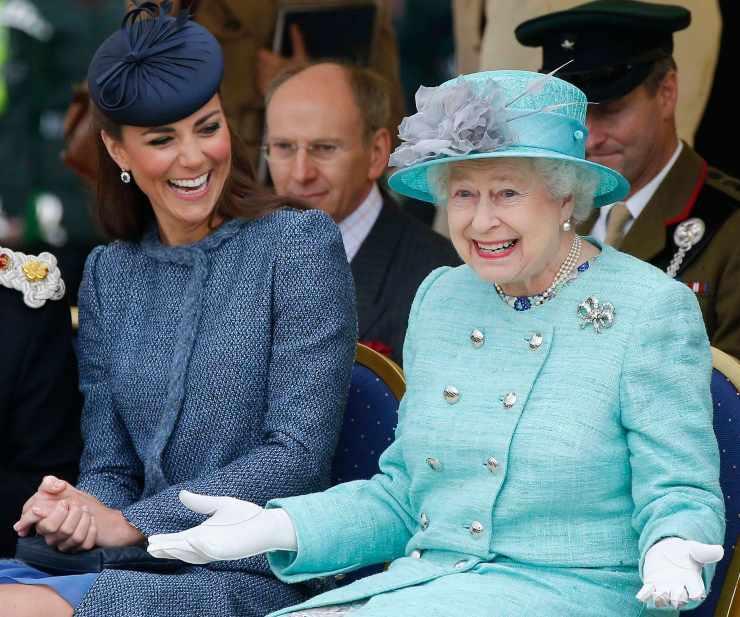 La Regina Elisabetta II e Kate Middlenton (TPI)