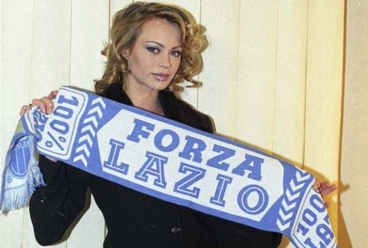 Anna Falchi nel 1996 con la sciarpa della Lazio (Instagram)