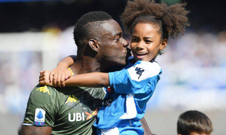 Balotelli con in braccio sua figlia Pia