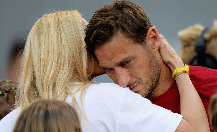 Ilary Blasi consola Francesco Totti dopo la sua ultima partita (Getty, Paolo Bruno)