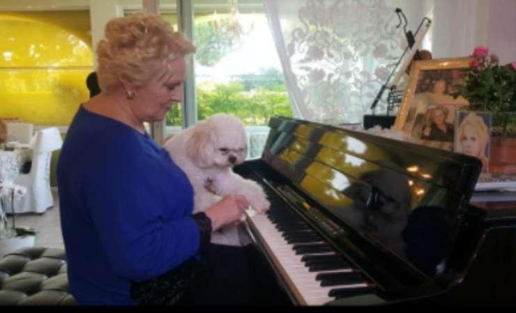 Katia Ricciarelli con il suo cane (Instagram)