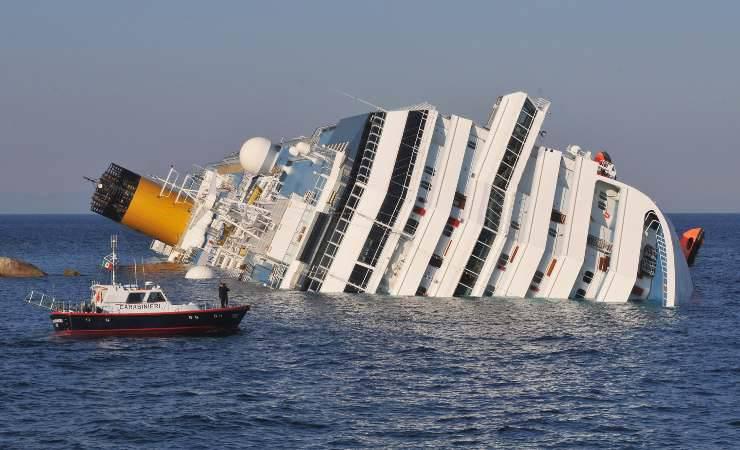 La Costa Concordia adagiata sui fondali dell'Isola del Giglio (Getty, Laura Lezza)
