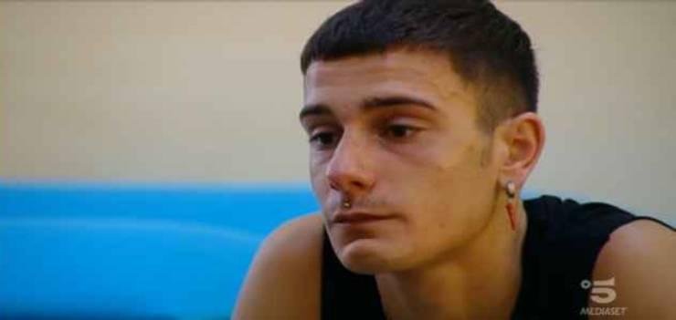 Mirko in lacrime dopo la lezione