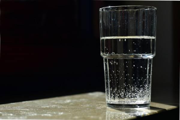 bicchiere acqua letto