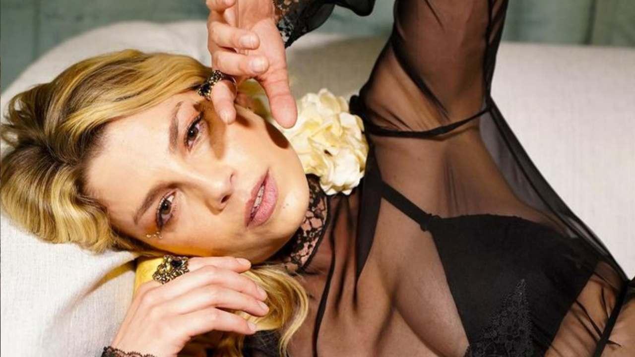 Che meraviglia Emma Marrone: l'asciugamano non copre le sue forme