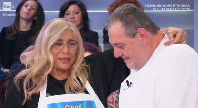 """Domenica In: Mara Venier ferma l'ospite """"Non mi toccare"""""""