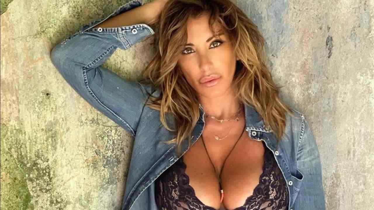 Sabrina Salerno super sensuale: il costume terrà il suo décollété?